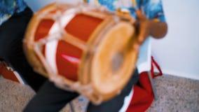 使用在传统全国仪器的地方音乐带 股票视频
