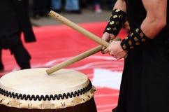 使用在传统taiko鼓的日本艺术家 免版税库存图片