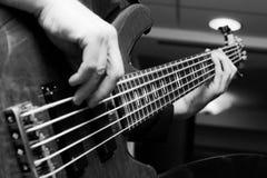 使用在低音吉他的音乐家 免版税库存照片