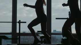 使用在体育健身房的步有辅导员的女孩一起做健身锻炼 股票录像