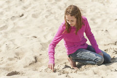 使用在俄勒冈海滩的沙子的青春期前 免版税库存照片