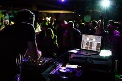 使用在俱乐部的DJ 免版税库存图片
