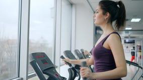 使用在健身俱乐部的省略教练员健康生活方式,女运动员加强肌肉 股票录像