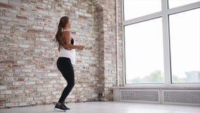 使用在健身房的跨越横线少妇行使 股票录像