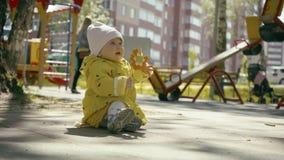 使用在儿童操场的快乐的滑稽的孩子在秋天天 股票视频