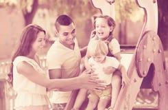 使用在儿童` s幻灯片的家庭 免版税库存照片