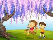使用在公园的一个年轻男孩和女孩 免版税库存图片
