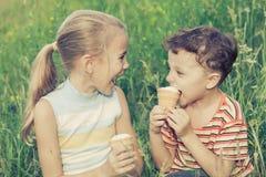 使用在公园的三个愉快的孩子 免版税库存图片