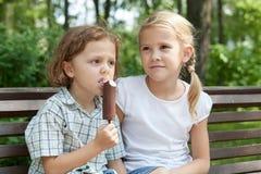 使用在公园的两个愉快的孩子在天时间 库存照片