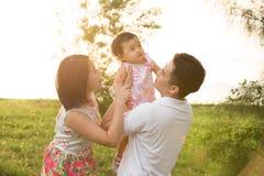 使用在公园的亚洲家庭 免版税库存图片