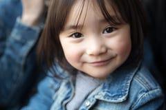 使用在公园的可爱的矮小的亚裔女孩 免版税图库摄影