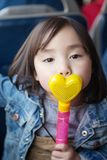 使用在公园的可爱的矮小的亚裔女孩 免版税库存图片