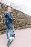 使用在公园的女孩在绿色背景中 免版税库存图片