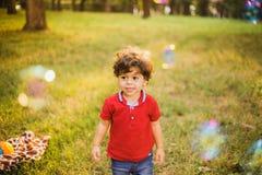 使用在公园的小男孩 库存照片