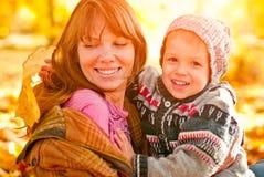 使用在公园的母亲和儿子 免版税库存图片