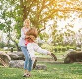 使用在公园的母亲和女儿 库存图片