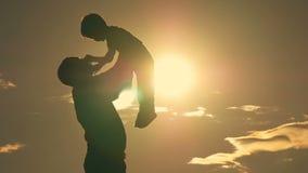 使用在公园的父亲和儿子在一个愉快的家庭的日落剪影 股票视频