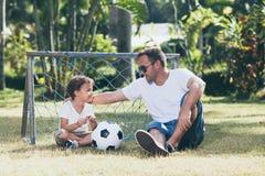 使用在公园的父亲和儿子在天时间 免版税库存图片