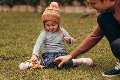 使用在公园的父亲和女儿 库存照片