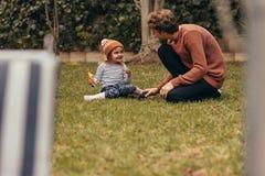 使用在公园的父亲和女儿 图库摄影