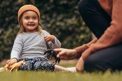 使用在公园的父亲和女儿 免版税库存照片