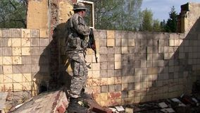 使用在军事多角形被破坏的大厦的军服的人  影视素材