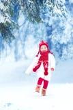 使用在冬天公园的小女孩 免版税库存图片