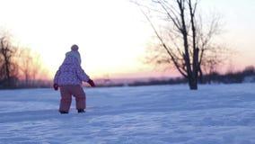 使用在冬天日落的小女孩 影视素材