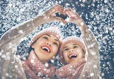 使用在冬天步行的家庭 库存图片