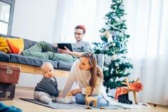 使用在冬天的母亲和婴孩小孩为圣诞节假日 库存图片