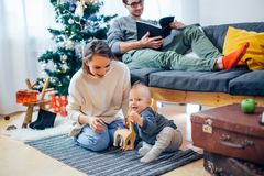 使用在冬天的母亲和婴孩小孩为圣诞节假日 图库摄影