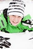 使用在冬天雪的友好的年轻男孩 免版税图库摄影