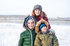 使用在冬时的雪的小组孩子 库存图片