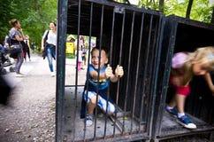 使用在动物笼子,动物园徒步旅行队, Dvur Kralove,捷克中的孩子 免版税图库摄影