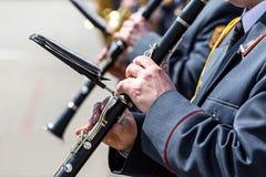 使用在单簧管的军事乐队的音乐家 免版税库存图片