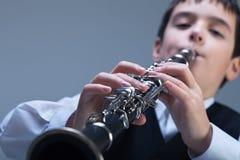 使用在单簧管的男孩 库存照片