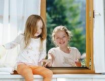 使用在卫生间里的两个姐妹 库存照片