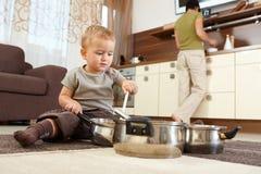 使用在厨房里的小男孩 库存图片