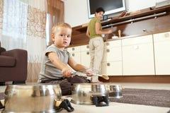 使用在厨房里的小男孩 免版税库存照片