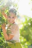 使用在叶子的微笑的少妇 库存照片