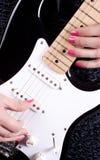 使用在吉他的妇女 免版税库存照片