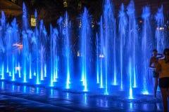 使用在喷泉的女孩在晚上在魁北克市 免版税库存照片