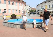 使用在喷泉的孩子 免版税库存照片