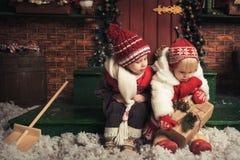 使用在圣诞节庭院里的孩子 免版税库存图片