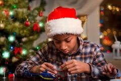 使用在圣诞节的蓬松卷发孩子 免版税库存照片