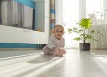 使用在地板上的婴孩 库存图片