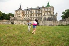 使用在城堡附近的孩子 免版税库存图片
