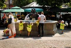 使用在城市喷泉的孩子 免版税库存图片