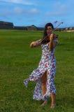 使用在堡垒圣费利佩del Morro附近的小提琴手 免版税库存图片