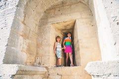 使用在堡垒的孩子在暑假时 免版税库存图片